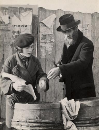 Roman Vishniac [Man purchasing herring, wrapped in newspaper, for a Sabbath meal, Mukacevo]. ca. 1935–38. © Mara Vishniac Kohn, courtesy International Center of Photography