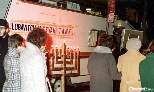 The earliest menorahs were crude, made using two-by-fours with a cinder block for a base. Photo courtesy Lubavitch Youth Organization Archives.