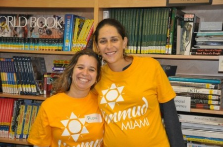 Limmud Miami Co-Chairs Romi Naparstek (left) and Francine Safdeye at Limmud PopUp on January 27, to introduce Limmud to a brand new crowd. Photo by Francine Safdeye.
