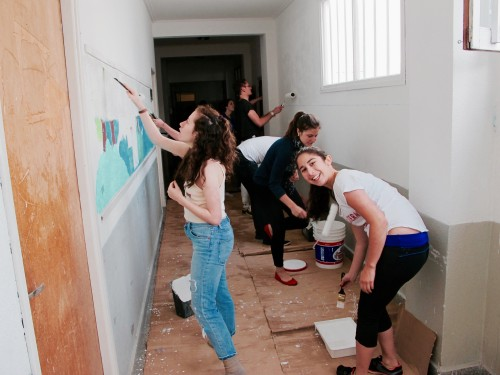 Russian-speaking Jewish college students from across North America traveled with JDC Entwine on a service trip to Argentina, pictured here volunteering at SUIM community center in Mar del Plata.