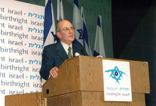 Charles Bronfman speaks to a Birthright group; courtesy Charles Bronfman.